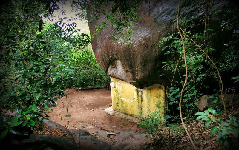 Ruins of Unuwathurabubula Veheragala Aranya Senasanaya in Mahaoya