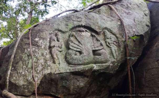 වනයේ සැඟවුණු තලපත්කුලම වැව නයි පෙණ හත සහිත නාග නාගනී ගල් කැටයම - Thalapathkulama Wewa Naga Nagini Rock Carving