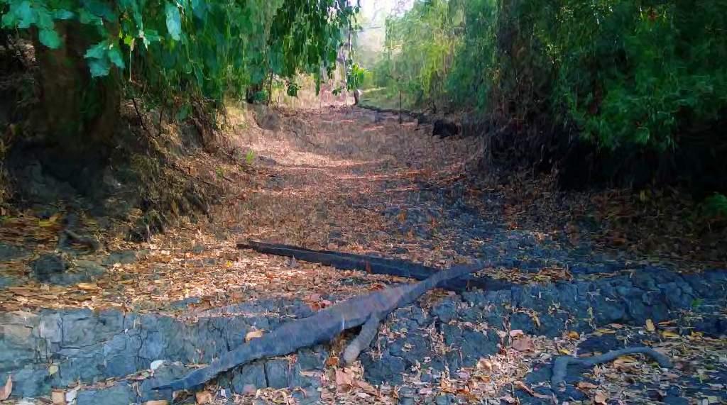 """යාන් ඔය නිම්නයේ සැඟවුණු කොක්එබේ ගම්මානයේ """"එබේ"""" ලෙස හඳුන්වන වතුර වලට ජලය සපයන ඇළ මාර්ගය - The canal which supplied water to the water holes known as """"EBE"""" in the village of Kokebe Yan Oya Valley"""