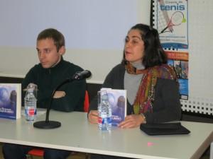 """Luego al del libro """"Loas guardianes del equilibrio"""" de Alberto Porta (aquí con la editora)"""