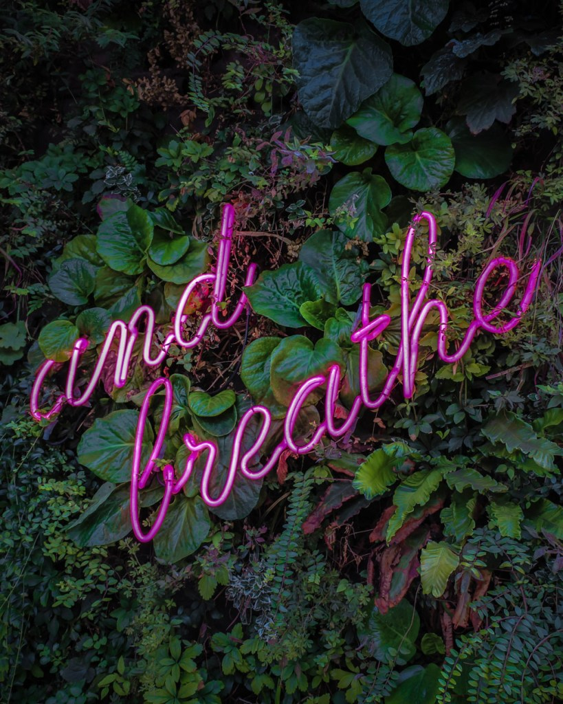Neon Schild and breathe atmen