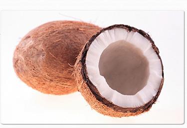 ココナッツオイルは、一般的に「RBD(精製・脱色・脱臭加工済み)」と「バージン」の2つに分類されます。RBDオイルは、コプラと呼ばれる乾燥させたココナッツを使い、漂白・精製などの熱処理を行います。また、化学溶剤が用いられる場合もあり、天然由来の成分も損なわれてしまいます。