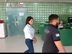 Vídeo mostra momento em que Nejmi Aziz chega algemada para audiência de custódia
