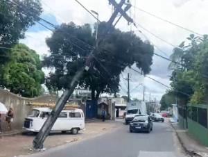 Poste tomba e quase caí em cima de funcionário de empresa de telefonia em Manaus