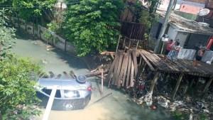 Motorista tenta passar por ponte de madeira e carro cai em igarapé em Manaus