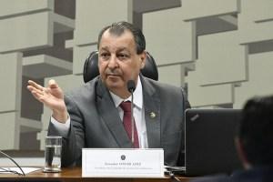 Omar diz que Bolsonaro deveria dar o exemplo e se vacinar