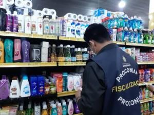 Procon apreende 40 Kg de alimentos e produtos fora da validade em mercado de Manaus