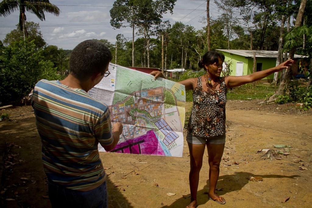 The researcher Glademir Santos, with Lutana Kokama, helped the community to make the map (Photo: Alberto Cesar Araujo / AmReal)
