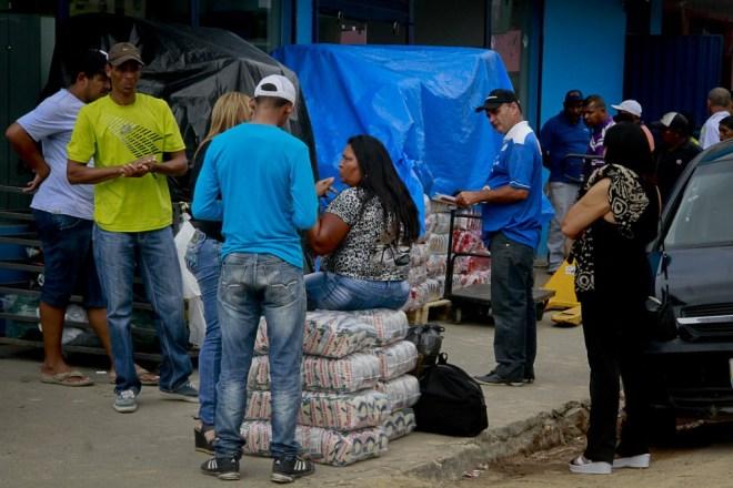 Venezuelanos compram comida em Pacaraima, em Roraima (Foto: Alberto César Araújo/Amazônia Real)