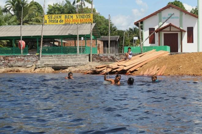 Crianças tomam banho e brincam no rio Andirá na aldeia Ponta Alegre.