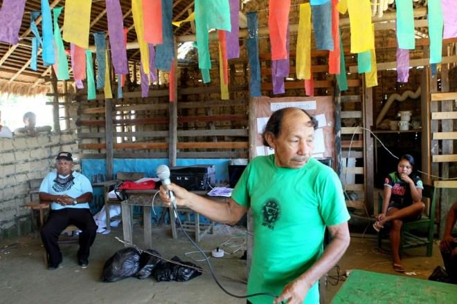 Cacique Bernardino Ferreira Trindade segura microfone em evento (Foto: Danilo Melo/FotoAmazonas)