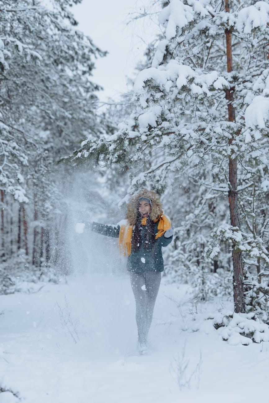 Snažne žene će radije ostati same,  woman in black jacket and gray pants standing on snow covered ground
