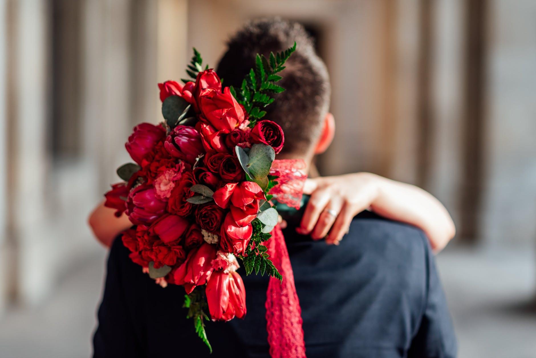 Pokazatelji da je muškarac zaljubljen  beautiful wedding bouquet