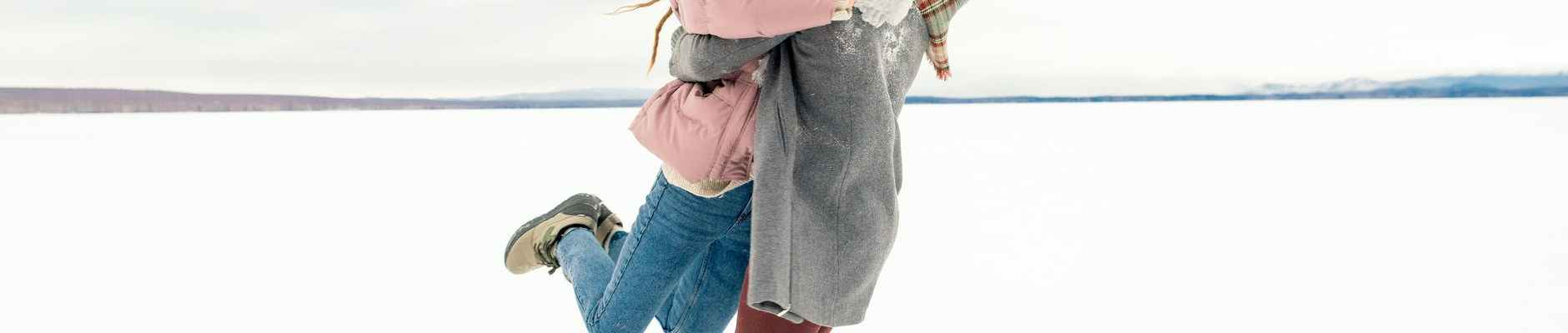Iscrpni ljubavni horoskop za 2021 godinu, man carrying woman