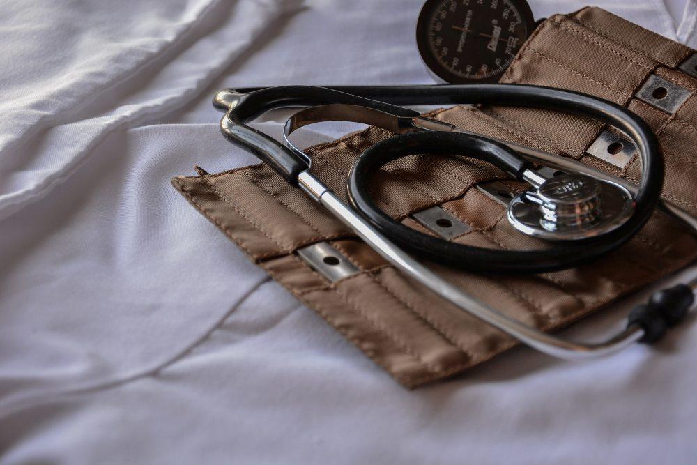 stetoskop-na-beloj-posetljini