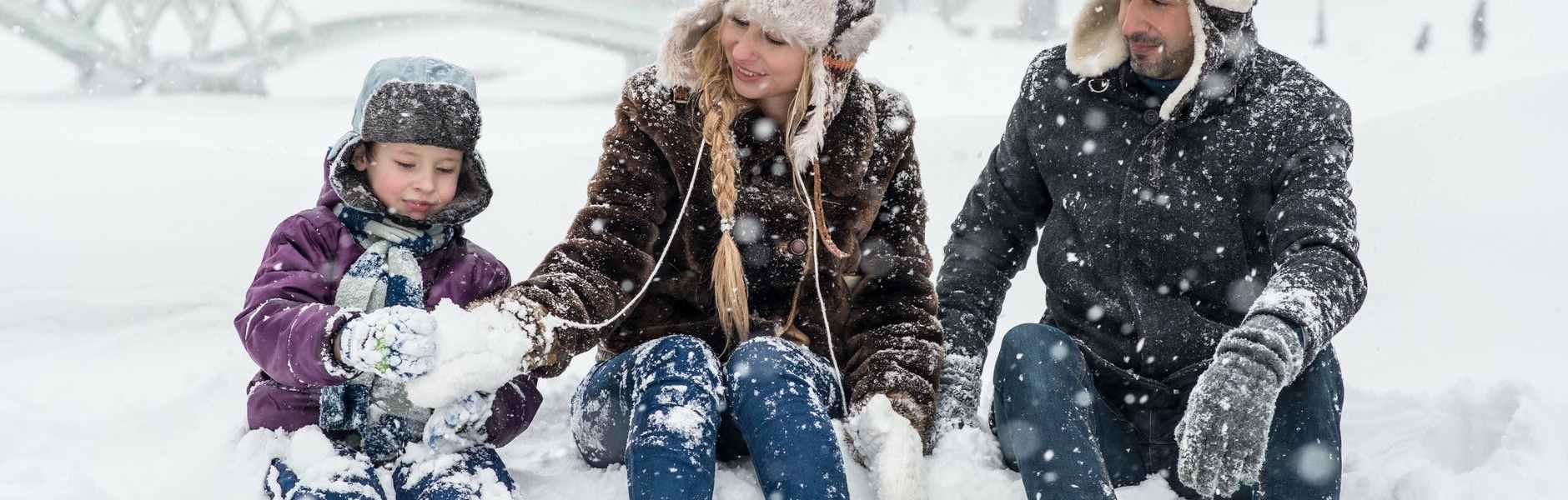 Tajne vaših najbližih (po Zodijaku) woman man and girl sitting on snow
