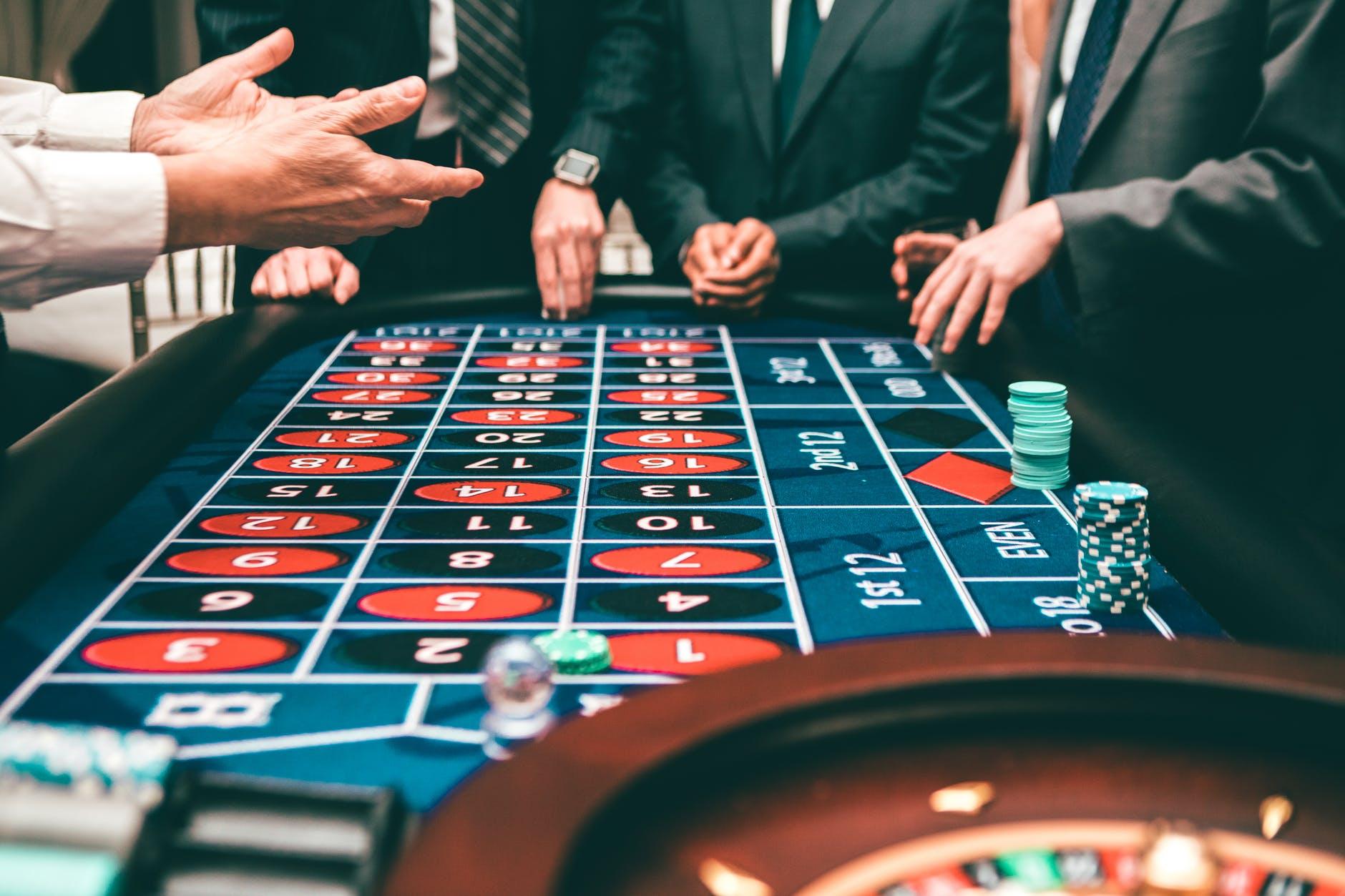 Kockanje novcem  people playing poker