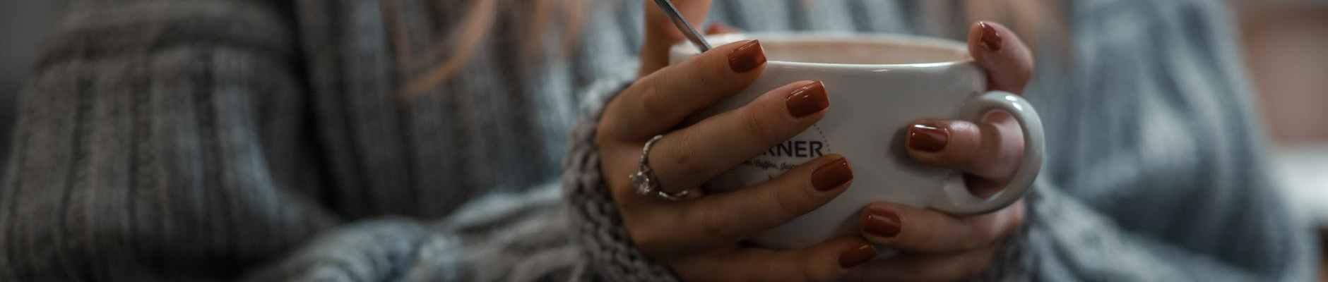 Zašto 2021. godina, ne bi bila najljepša godina u mom životu , coffee, woman in gray sweater holding white ceramic mug