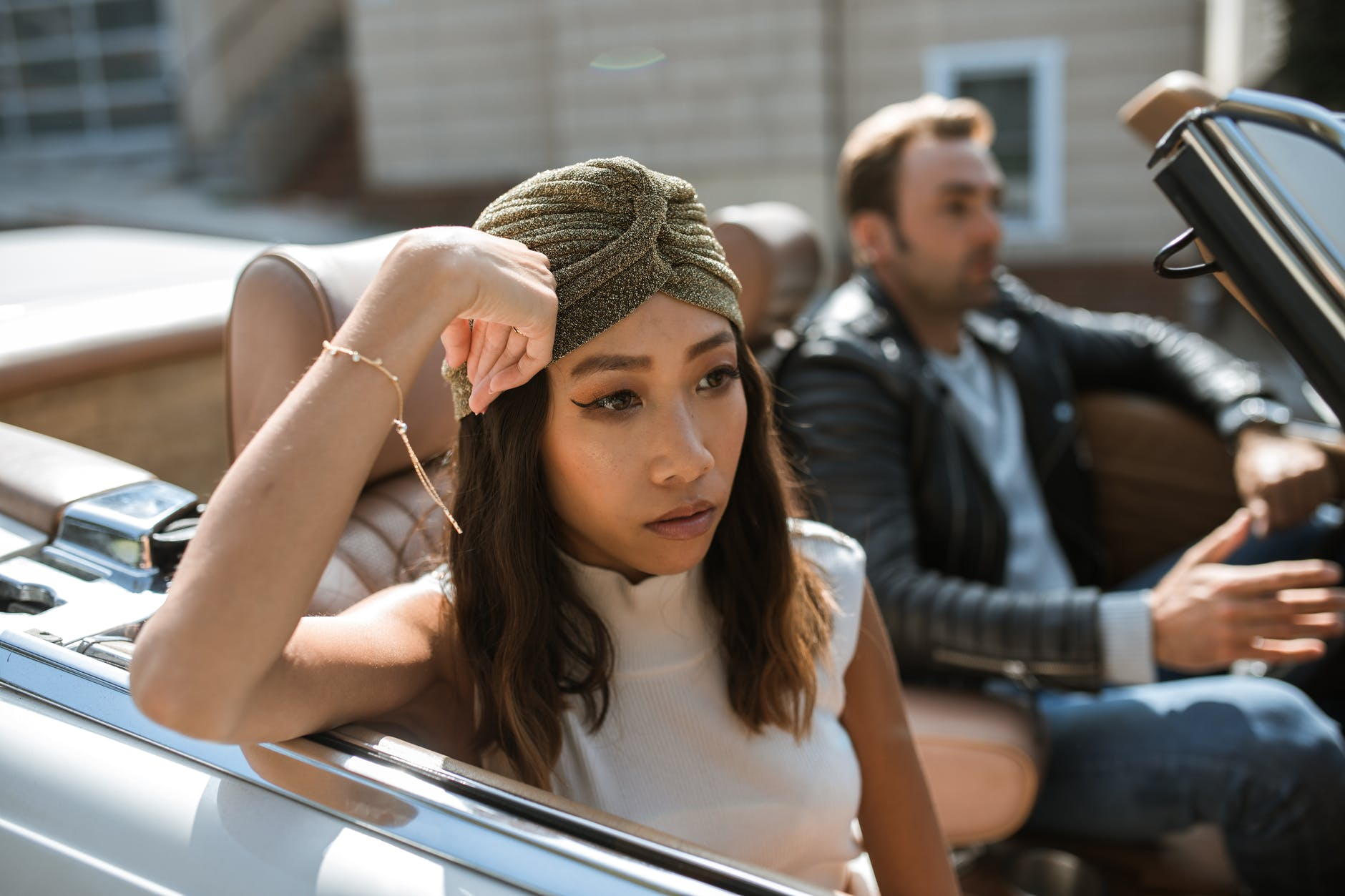 Staromodni muškarci i moderne žene  woman in white tank top sitting in a car feeling annoyed