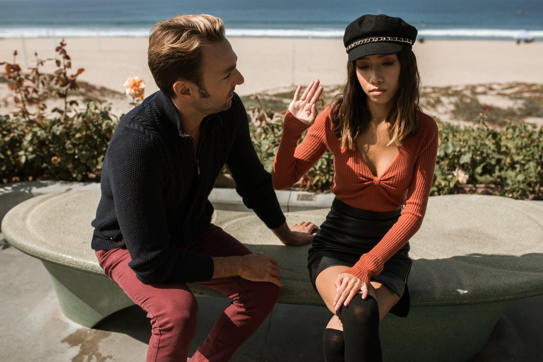 Staromodni muškarci i moderne žene  man talking to woman feeling upset