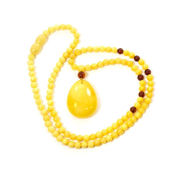 necklace-from-natural-baltic-amber-medallion-close-2