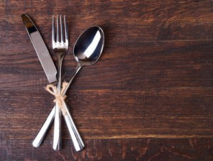 couteau fourchette cuillère sur planche.
