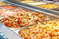 Formules buffet self a l'intérieur comme à l'extérieur des plats chauds et froids des desserts avec possibilité d'ateliers