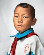 Dong tem 9 anos e partilha o quarto com sua irmã e seus pais, em Yunnan, China. A terra que lhes pertence dá apenas pra providenciar arroz e cana de açúcar.