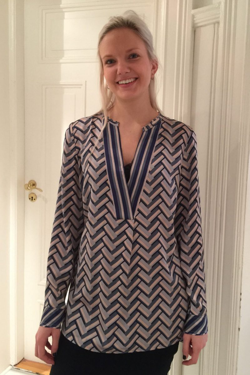 Zic zac mønstret bluse med v-hals Dea Kudibal - avalon dessau navy