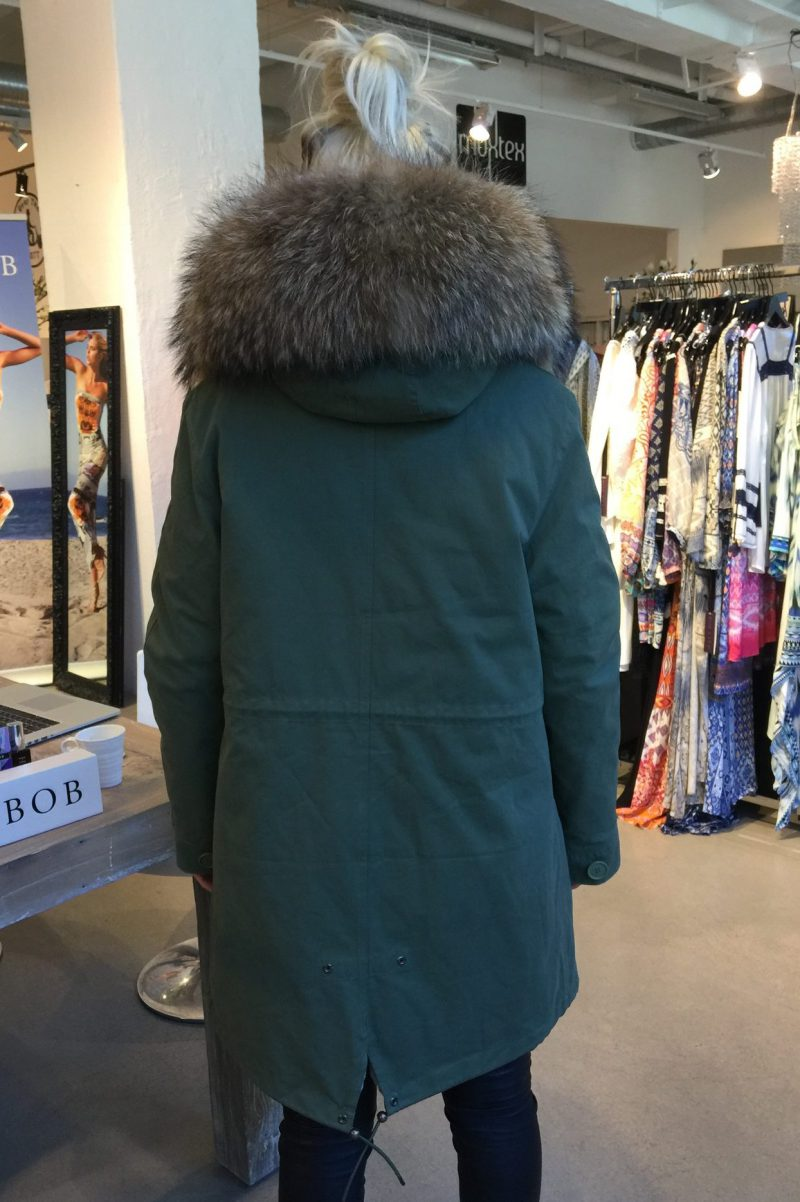 Grønn parkas med raccoon pels og fuskefór MDL