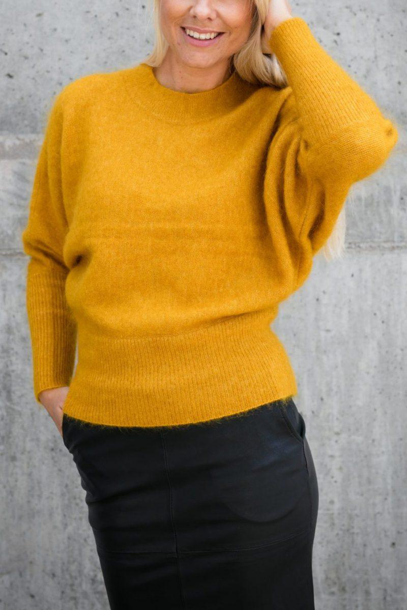 Okergul eller sort genser i mohairmix Cathrine Hammel - 153.217 soft rounded swether (cred: nomitrend)