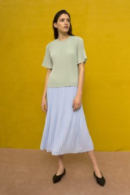 Korallrød plissébluse med kort erm Cathrine Hammel - 453.118 miami t-shirt Vist i en annen farge enn bestilt.