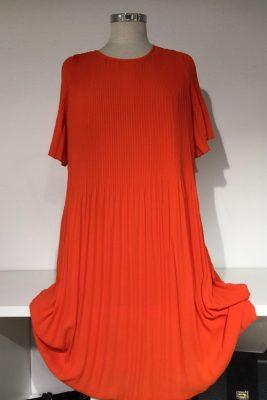 Korallrød eller guccigrønn plissekjole med kort erm Cathrine Hammel - 452.118 summer miami dress
