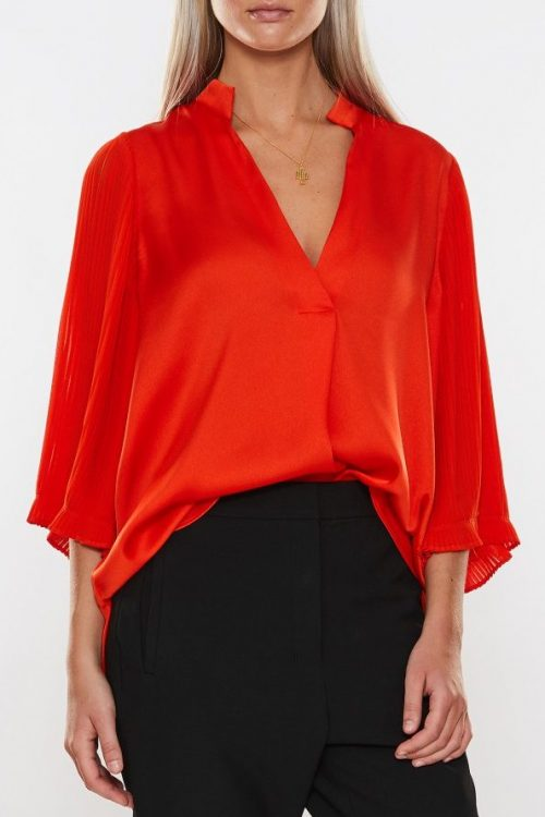 Rød bluse med plisséermer By Malene Birger