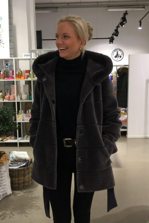 Sort strikket lammeull jakke med kaninhette CKN of Scandinavia