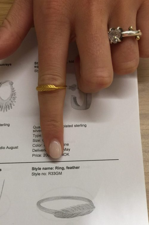 'Feather' ring med fjær Enamel Copenhagen - R33GM Ring, feather