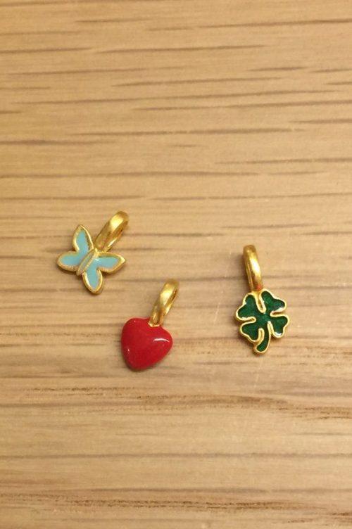 Skjønne charm 'Butterfly', 'Clover green' og 'Heart' fra Enamel Copenhagen