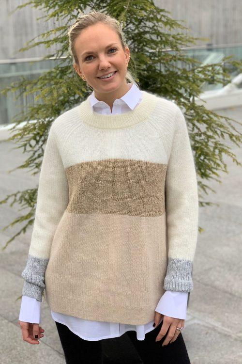 Offwhite lysbeige genser med gullfelt på brystet Munthe - Nanna
