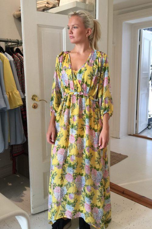 Gulmønstret silkegeorgette lang kjole Dea Kudibal - venus dress hortensia yellow