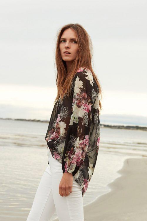 Sortrosablomstret ledig silkebluse med poseerm Katrin Uri - 419 fragrance loose blouse