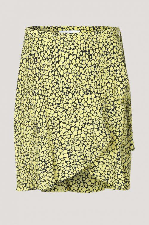 Gulsort blomstret skjørt med volanger Samsøe - 6515 limon s wrap skirt aop