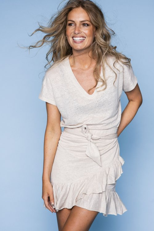 Beige eller sort linjersey t-shirt og beige skjørt med volanger Ella & Il - Ana linen tee / Juliette linen skirt