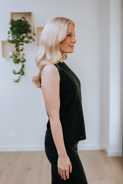 Sort sleeveless top i 100% tynn merinoull som passer til cardigan med charleskrage Cathrine Hammel - 108.120 tweenset sleeveless top