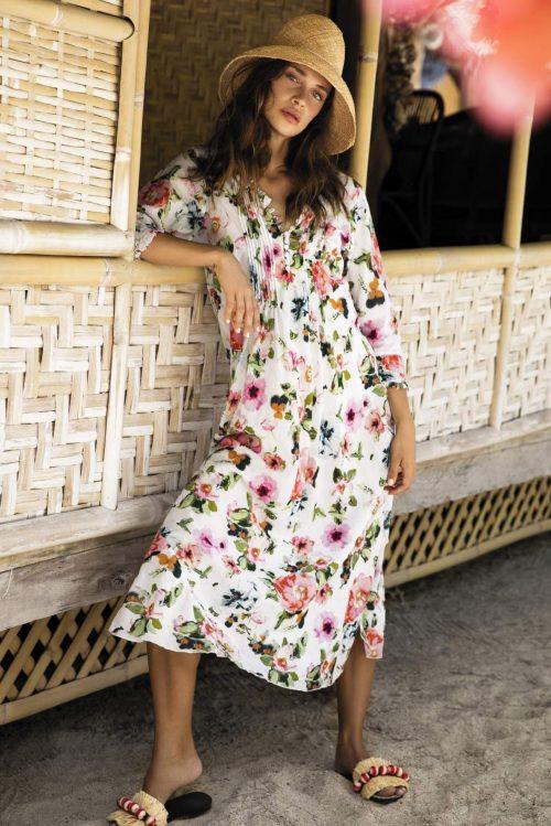 Hvit med rosagrønn blomstret mønster lang kjole OneSeason - long poppy white