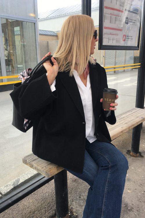 Du er kanskje på vei hjem? Det er også Irina i sin rålekre og supertrendy ulljakke fra @standstudio.official i sort farge. Jakken er vid i modellen og med vide ermer som er en sterk trend. Legg merke til den store shopperen fra @decadentcopenhagen og det lekre lille tørkleet hun har i halsgropen. Med den mest solgte flare jeansen fra @loisjeansofficial er antrekket komplett. Ønsker du jakken i marine har vi også det. God tur hjem, Irina og takk for en flott dag :) //Tone