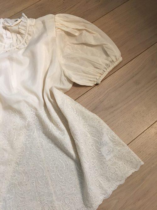 Ecru silke/bomull blusetopp med broderi nederst, blonder i hals og trendy puffermer Samsøe - melinda ss blouse 12689