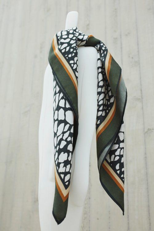 Offwhite med grønn kant silkeskjerf Katrin Uri - 949 the abraham green silk scarf