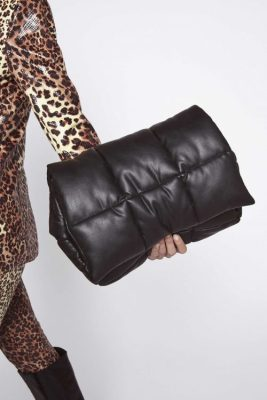 Sort IT-bag for sesongen. Sort faux leather clutch kan brukes som clutch eller skulderveske Stand - wanda clutch