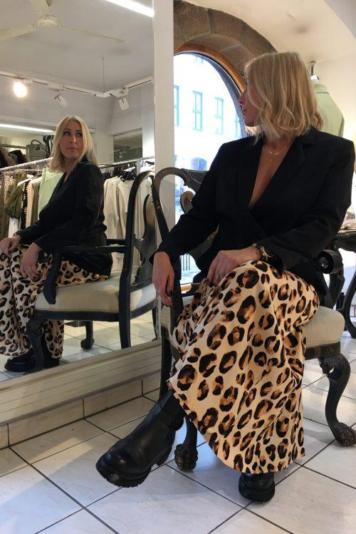 Leopard viskose lang omslagsskjørt Fabienne Chapot - bo bo skirt Sort dobbeltspent rett blazer Samsøe - 7331 hoys blazer Sorte boots Shoe Biz - prima vaca alfa