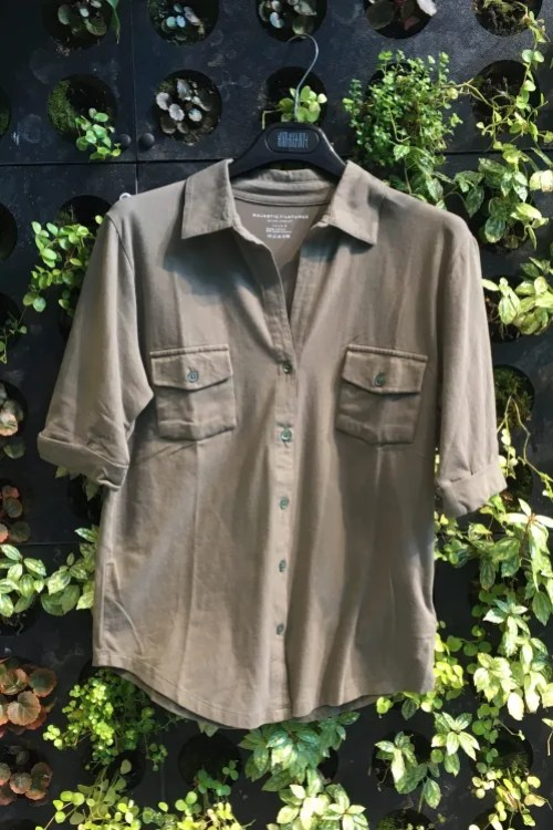 Vasket perlegrå, vasket lindegrønn, vasket orange bomull signaturskjorte med brystlommer og kort erm Majestic - m090 fch 014